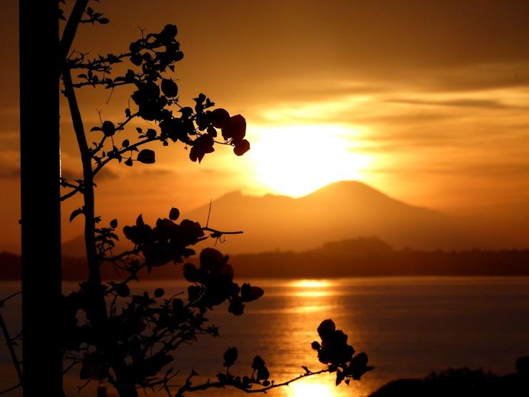 Ischia: Sonnenaufgang über dem Vesuv