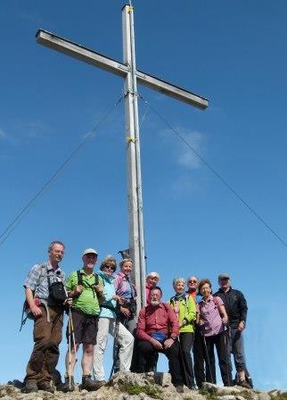 Gruppe am Jochberg-Gipfelkreuz im Karwendel