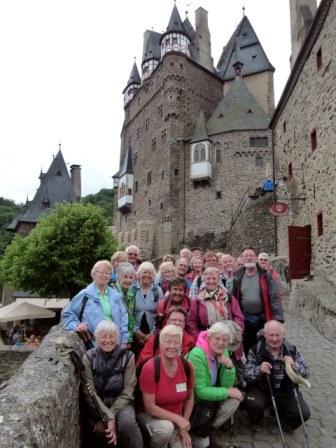 Wandergruppe vor Burg Eltz